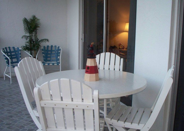Table on Lanai seats 4