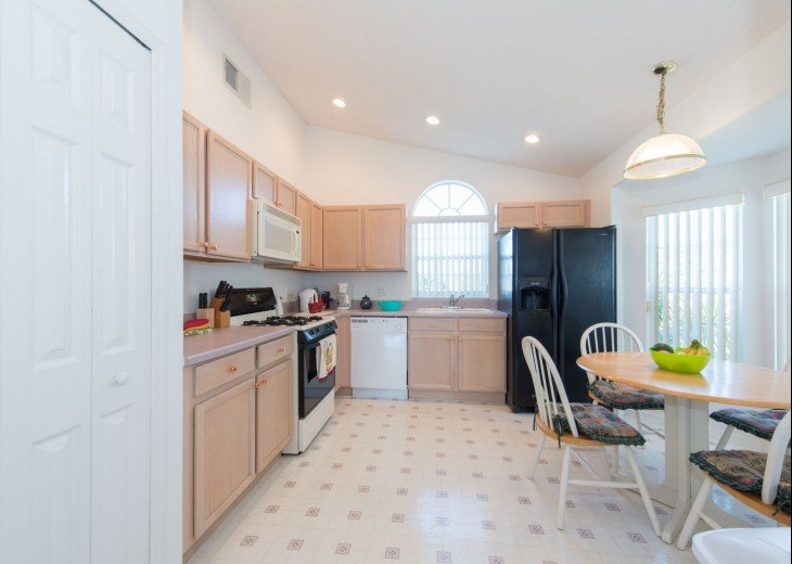 Spacious Kitchen with American Fridge Freezer/Ice Maker