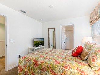 Master Suite 4 - King Bed, flatscreen TV & En-suite Bathroom