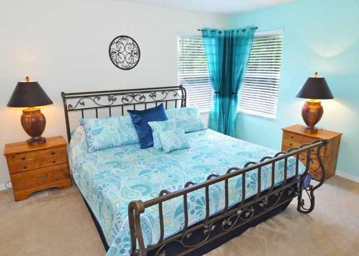 Master Suite 4 - King-size bed with TV & en-suite bathroom