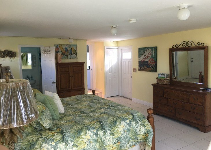 Yellow room W/King bed & Full Bath