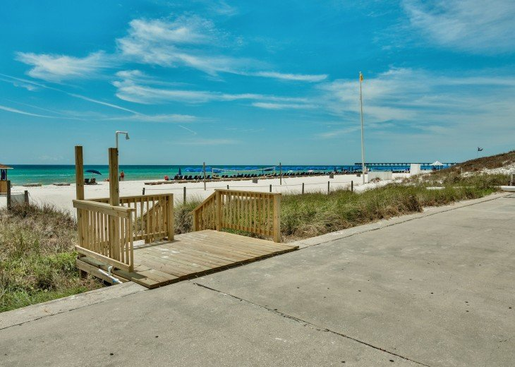 Pet Friendly Ground Level Walk Out to the Beach HotTub WIFI Pool BBQ #22