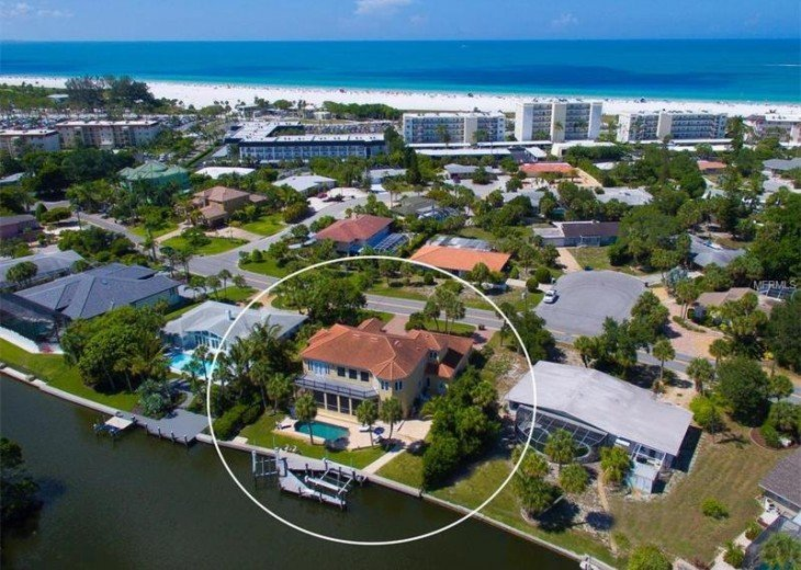 Turn right at the green roofed house and it is 100 yards to Siesta Beach.