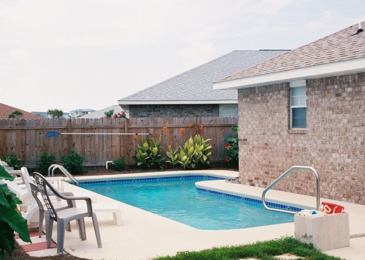 Private L-shaped pool, 28-1/2 ft long, 9-13 ft wide