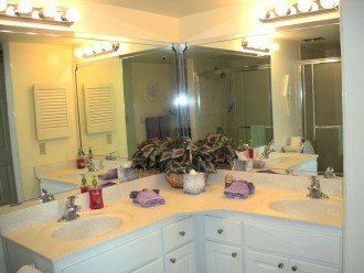large bathroom with 2 sinks