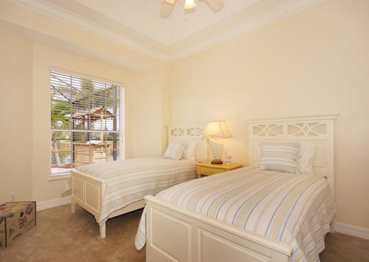 Third bedroom with two Twin beds and water view