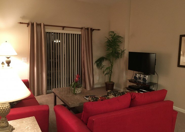 Living Room w/ Queen size pull out sofa
