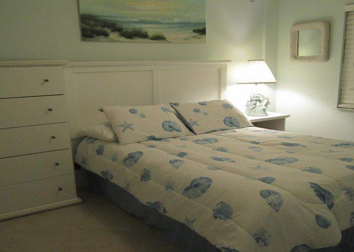 Bedroom with 1 Queen