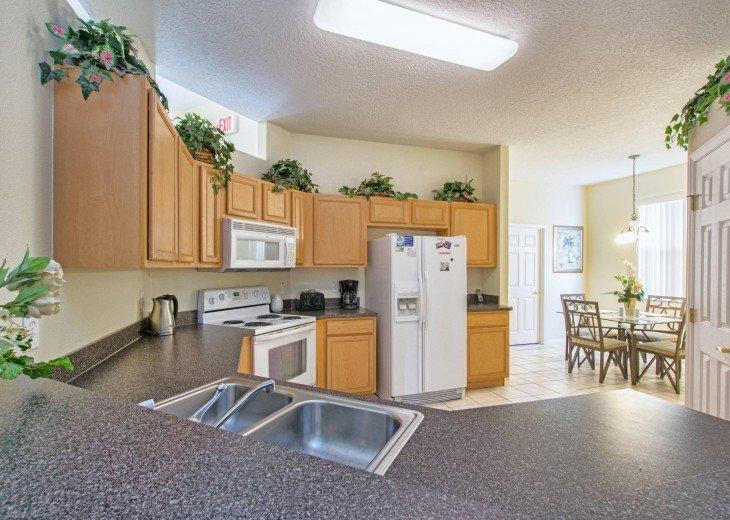 Full Kitchen & Breakfast Nook