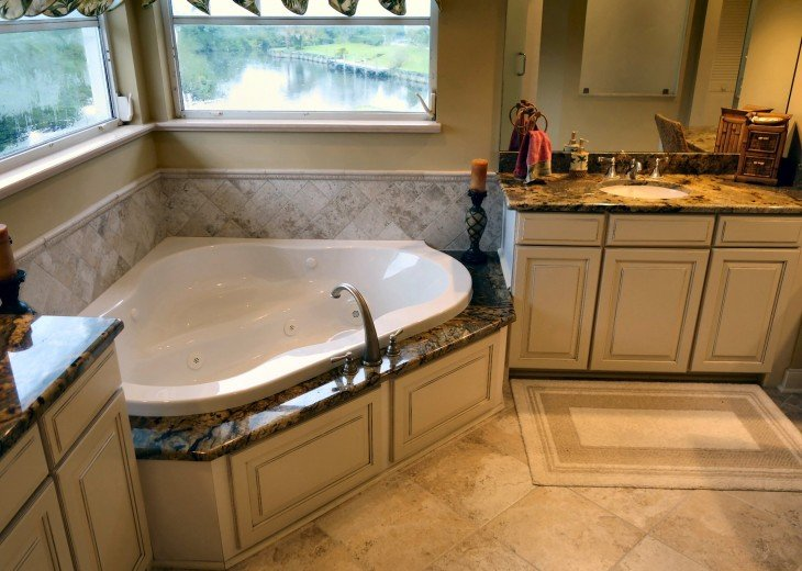 Large luxurious master bathroom w/ jetted tub, multiple vanities, large shower a