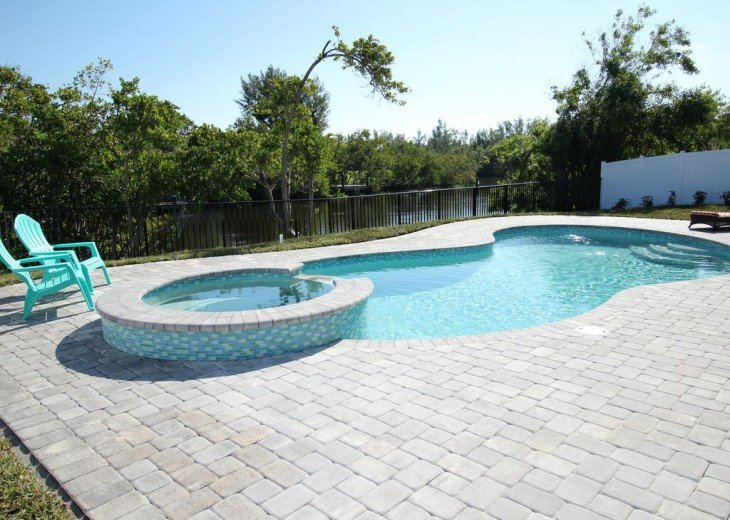 Walk to beach. Beautiful Poolhome everything New #1