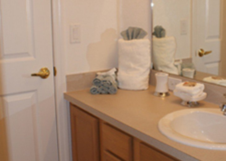 Twin room, Jack 'n' Jill ensuite with bath/shower/toilet/sink