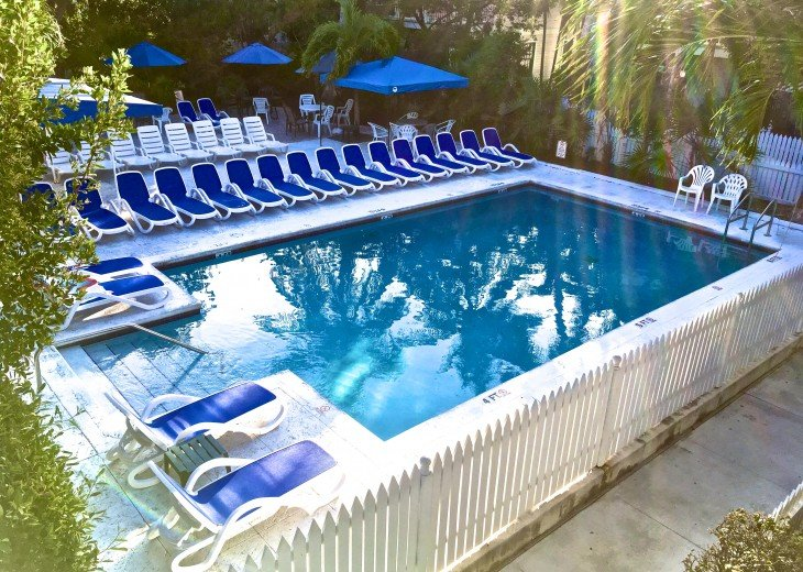 A Touch of Paradise.. pool, close to beach & Duvall. 2 FULL baths, 7 night Min. #2