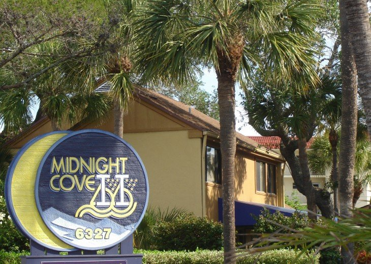 611 is located on the beautiful grounds of Midnight Cove II on the Bayside.