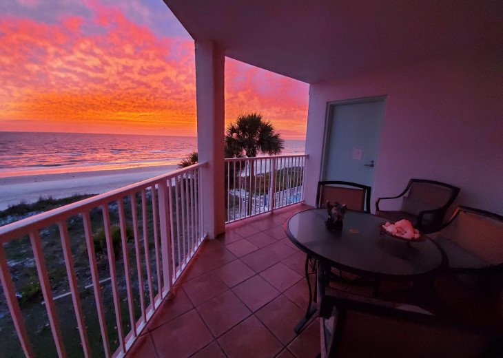FOOTPRINTS HIDEAWAY/UNIQUE BEACHFRONT/2 FULL BALCONIES/SUNRISE AND SUNSET VIEWS #1