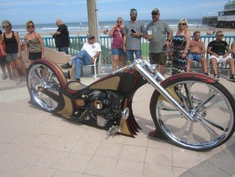 Enjoy the beach and Bike Week or Biketoberfest - Garage for bikes.
