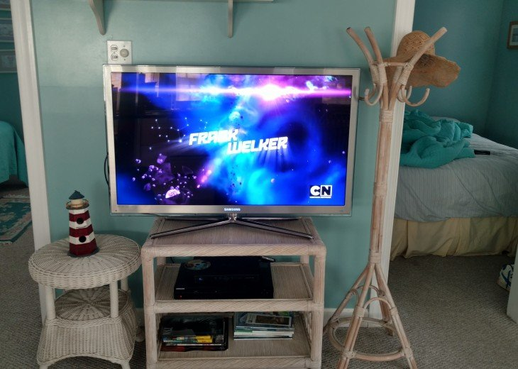 Living room 48 inch high def tv with directv service