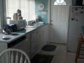 Kitchen stove, dishwasher, microwave, refrigerator and bar
