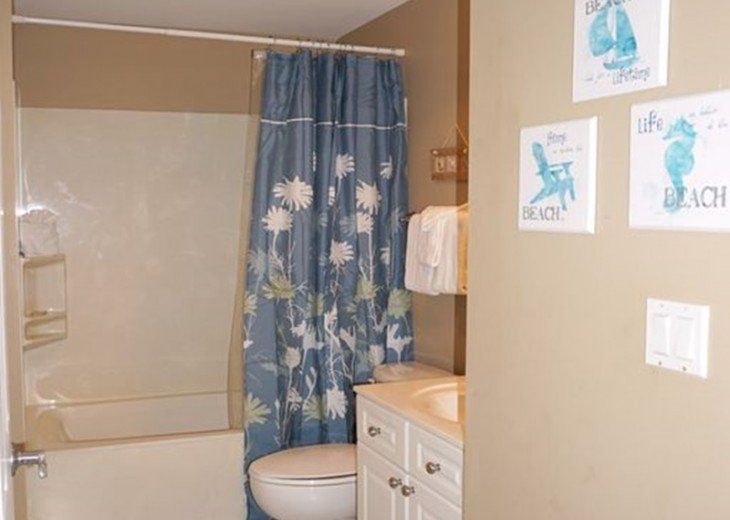 Hall bath, connects to 2 Full bedroom