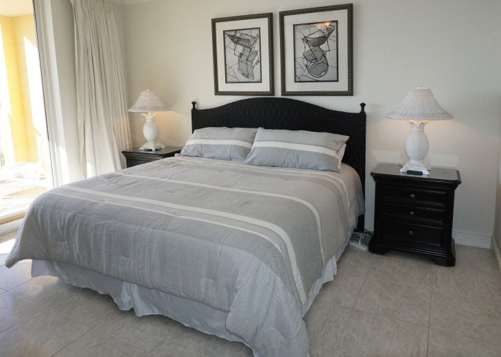 Master suite, King bed, beach balcony