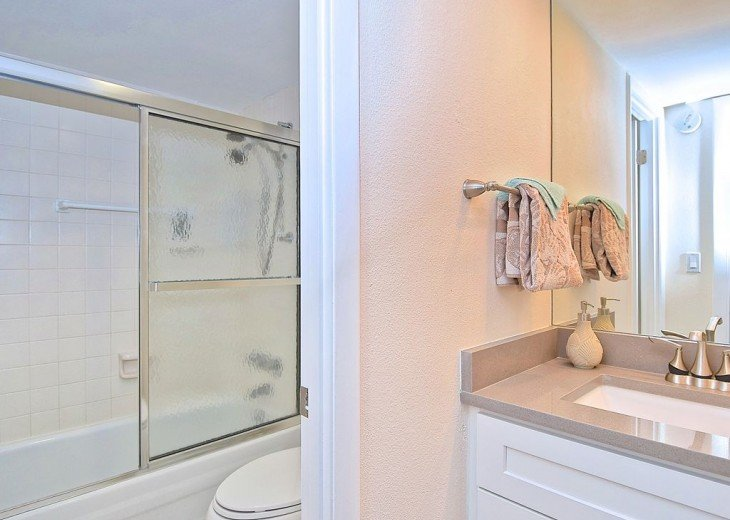 Beautifully renovated condo, walk to Siesta Key Beach! See Special Summer Rate! #4
