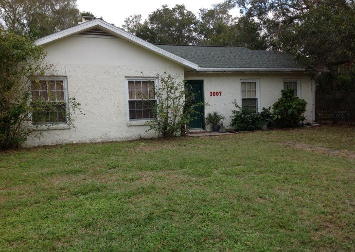 Peaceful Pinebrook Manor for 2 to 14 guests 1 block from Clearwater Country Club #46