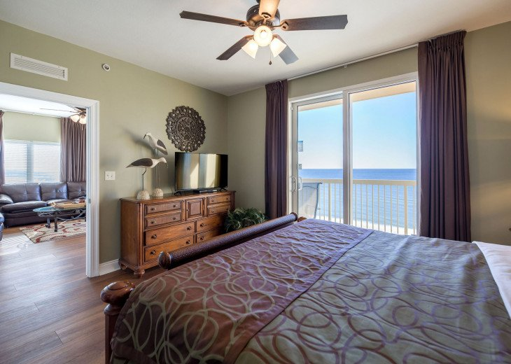 Master with king size bed, Flat screen TV, Gulf views and a large walk-in closet