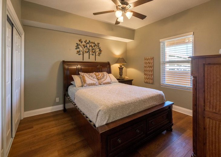 2nd guest bdrm w/ queen bed, flat screen TV, dresser & access to private bath