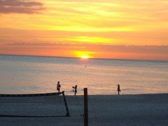 Come & relax~enjoy the Gulf sunsets from your balcony