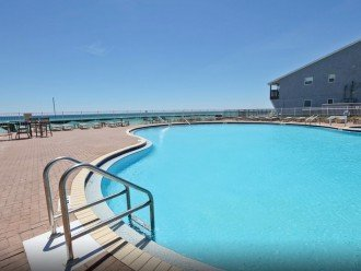 2 Outdoor Pools With Hot Tubs Attatched