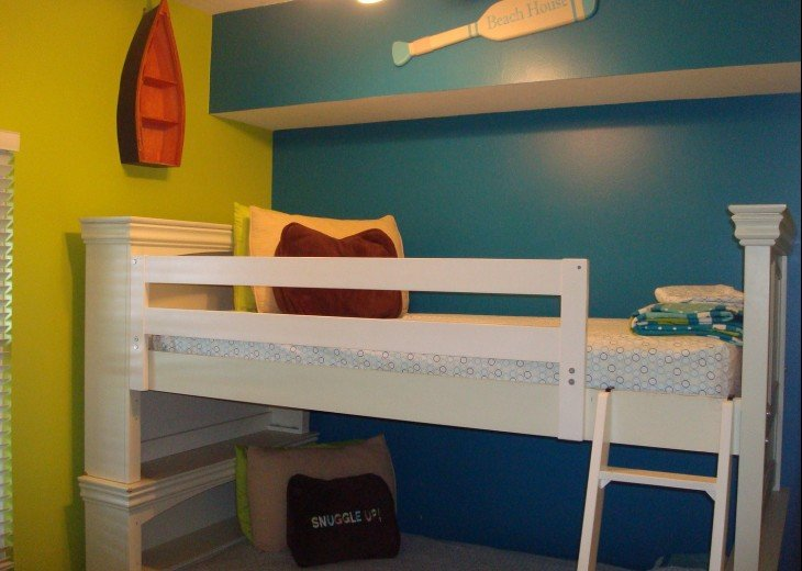 Colorful 2nd guest bedroom w/ twin size bunks