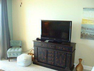 Large flat screen tv with extended cable, free wifi, & dvd player