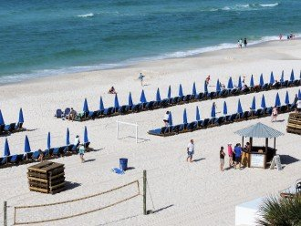 This unit comes with 2 FREE beach chairs & umbrella service (March - October)
