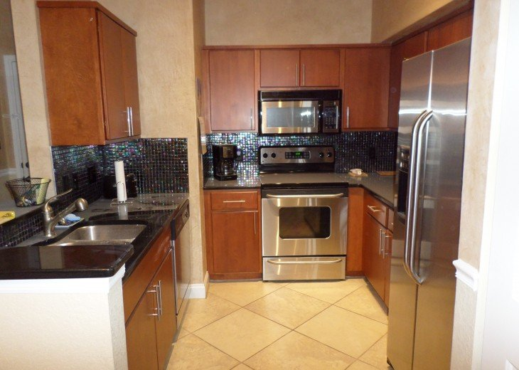 Fully equipped kitchen with water n ice dispenser on fridge door.