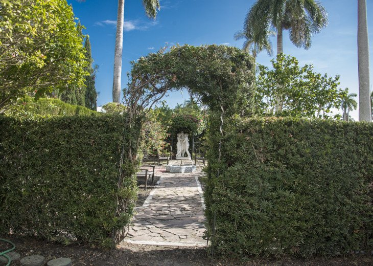 Breath Taking Historic Beach Estate The Young Mansion- Best for Large Groups #81