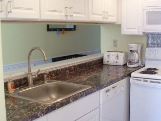 FULL KITCHEN WITH ICE MAKER