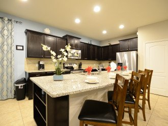 The fully equipped Kitchen with 4 bar chairs.