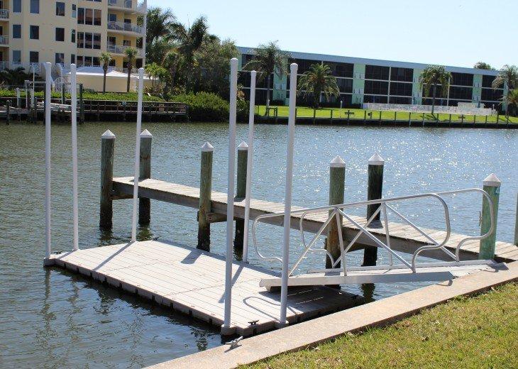 Floating kayak launching dock