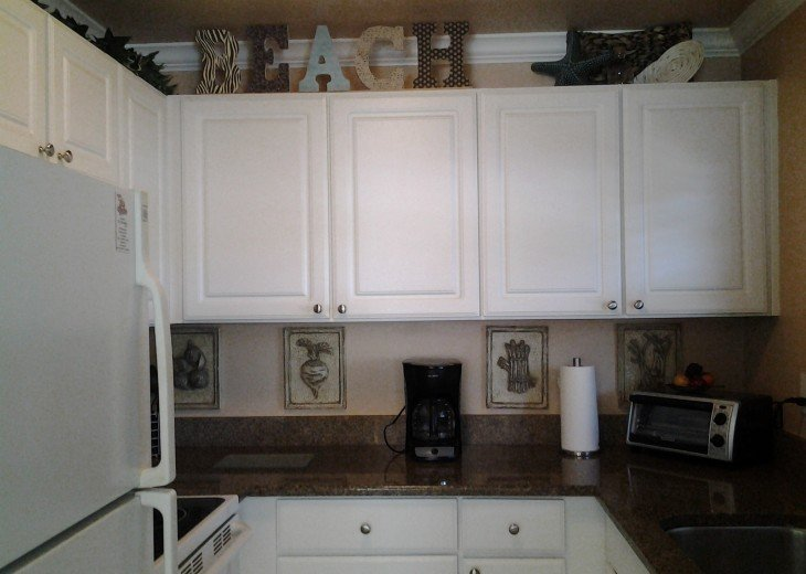 Fully equipped kitchen with granite contertops