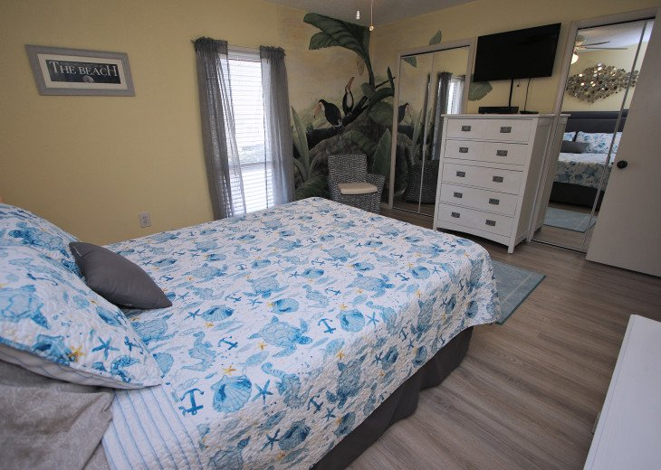 Large 2nd Bed room Queen Bed w/ flat screen TV