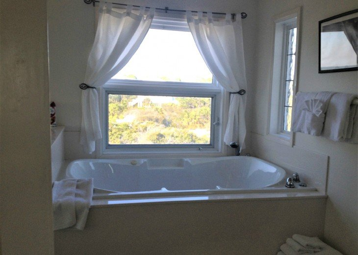 queen master 2nd level has jacuzzi garden tub