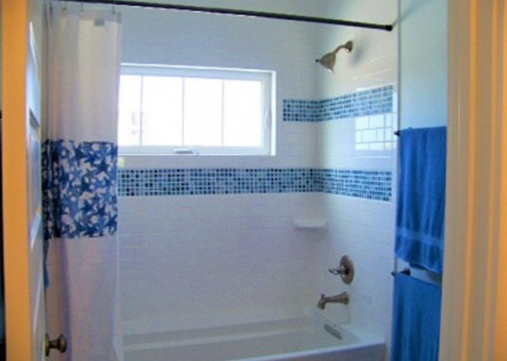 Shower/Tub Combo in Jack-and-Jill Bath