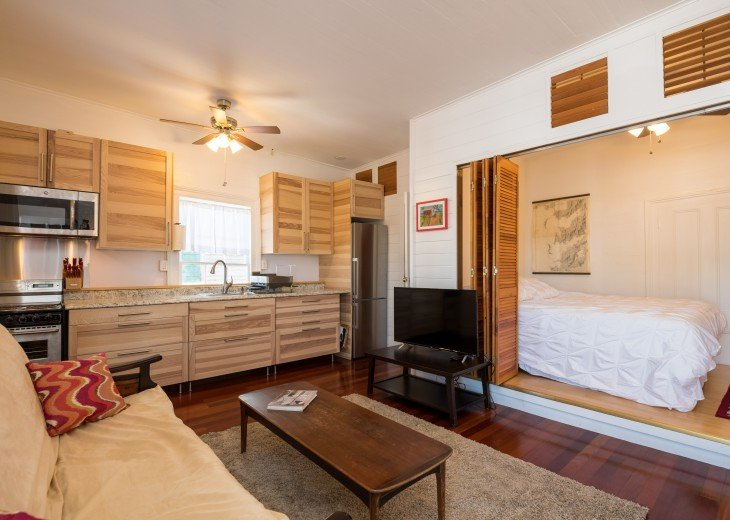 Bright, clean studio, recently renovated. 4K TV, Front loading washer/dryer
