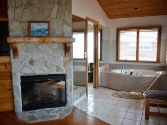 FIREPLACE+JACUZZI IN MASTER BATH