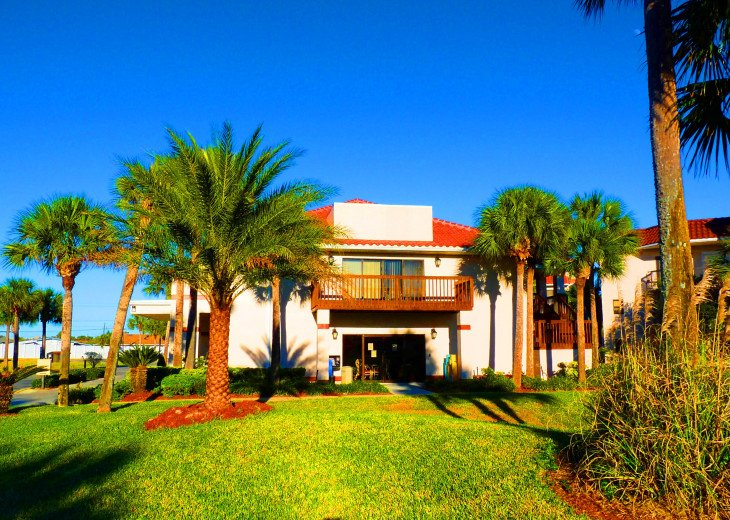 SPRING SPECIAL- BEACH ACCESS-VACATION RENTAL-2 POOLS-1 heated, TENNIS-BBQ #63