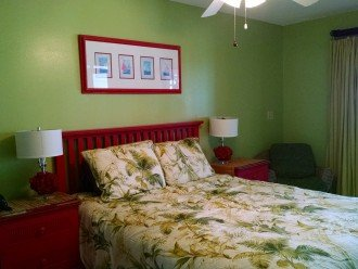 Apt. beachside BR w/Queen, private entrance to shared bath, and beach deck