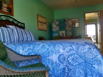 Apartment streetside BR w/entrance to beachside BR; private entrance: shared BA