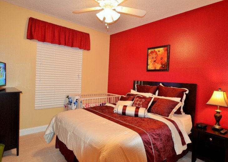 Queen size bedroom 1