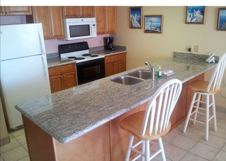 Granite kitchen - sit & eat from countertop