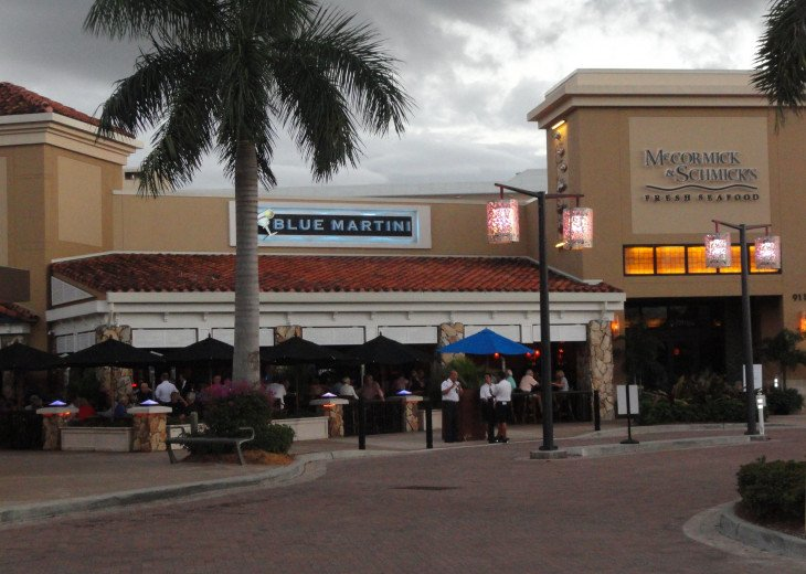Mercato Center (with appr. 16 restaurants and bars, coffee shops etc.